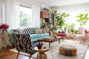 Mẫu phòng khách này được trang trí như 1 khu vườn thu nhỏ với những chậu cây xanh đẹp mắt được đặt cạnh bậu cửa sổ. Thêm một vài lọ hoa xinh xắn để không gian trở nên hoàn hảo hơn